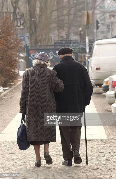 Seniorenpaar spaziert durch Berlin