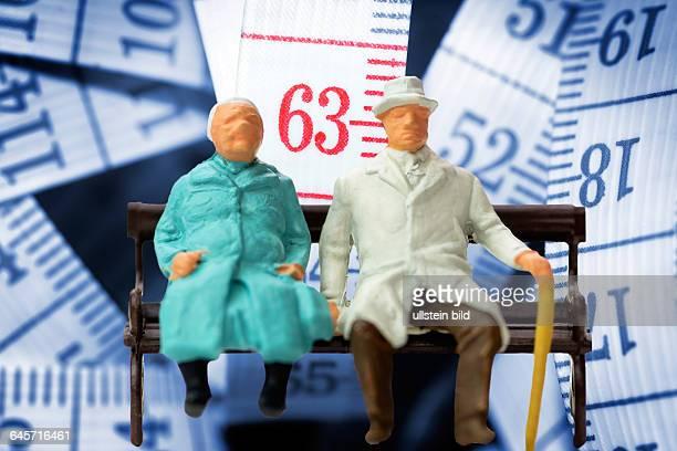 Seniorenpaar und Maßband mit der Zahl 63 Symbolfoto Rente mit 63
