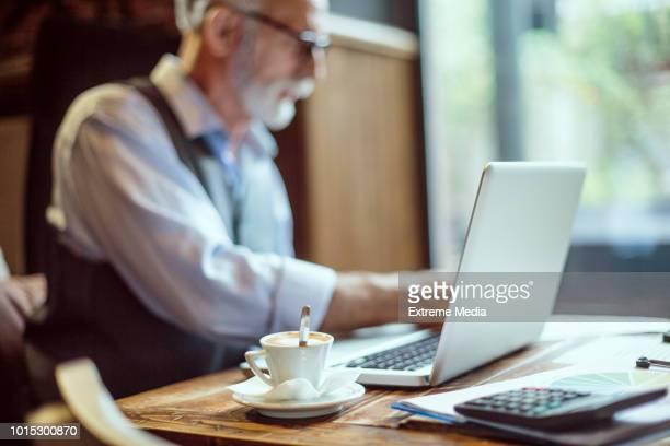 seniorpreneur en espacio de trabajo co - proceso de envejecimiento fotografías e imágenes de stock