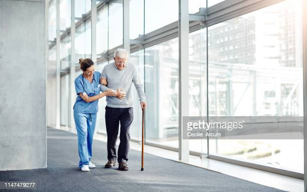 senioren brauchen immer jemanden, auf den man sich stützen kann - altersheim stock-fotos und bilder