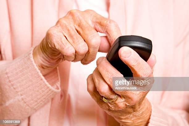 Senioren und ein Handy