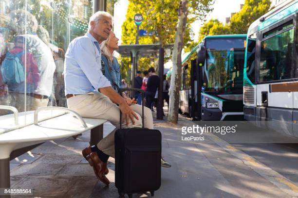 personnes âgées au bus cesser d'attendre d'arriver à l'aéroport - transport photos et images de collection