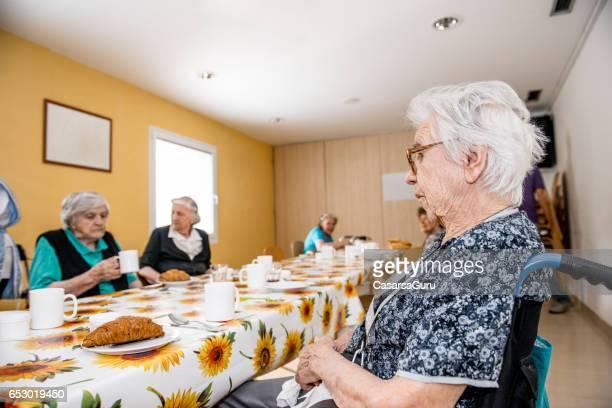 Personnes âgées à la maison de retraite, prenant son petit déjeuner