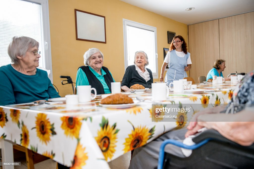 Seniors At The Retirement Home Having Breakfast : Foto stock