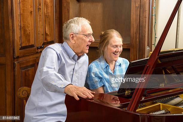 Les retraités, frère, sœur profitant de concerts et de la musique au piano en famille