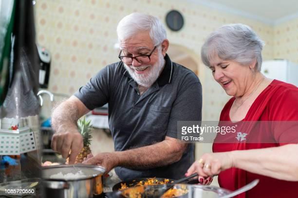 cozinhando em casa de idosos - preparando comida - fotografias e filmes do acervo