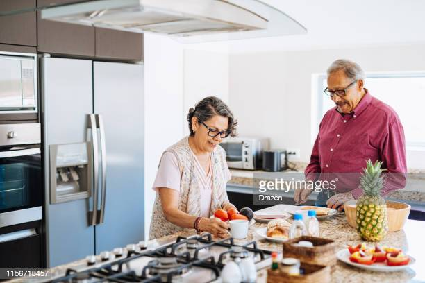 senioren eten licht ontbijt om hypertensie te voorkomen. - nosotroscollection stockfoto's en -beelden