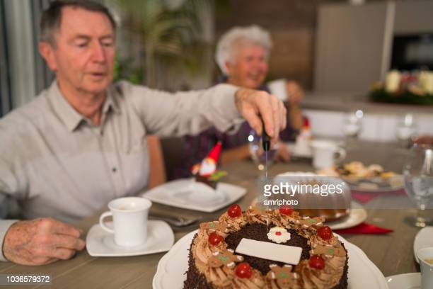 senioren genießen sie am nachmittag teezeit zu weihnachten - monat stock-fotos und bilder