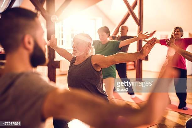 Senioren Training in einem Fitness-club mit persönlichem trainer.