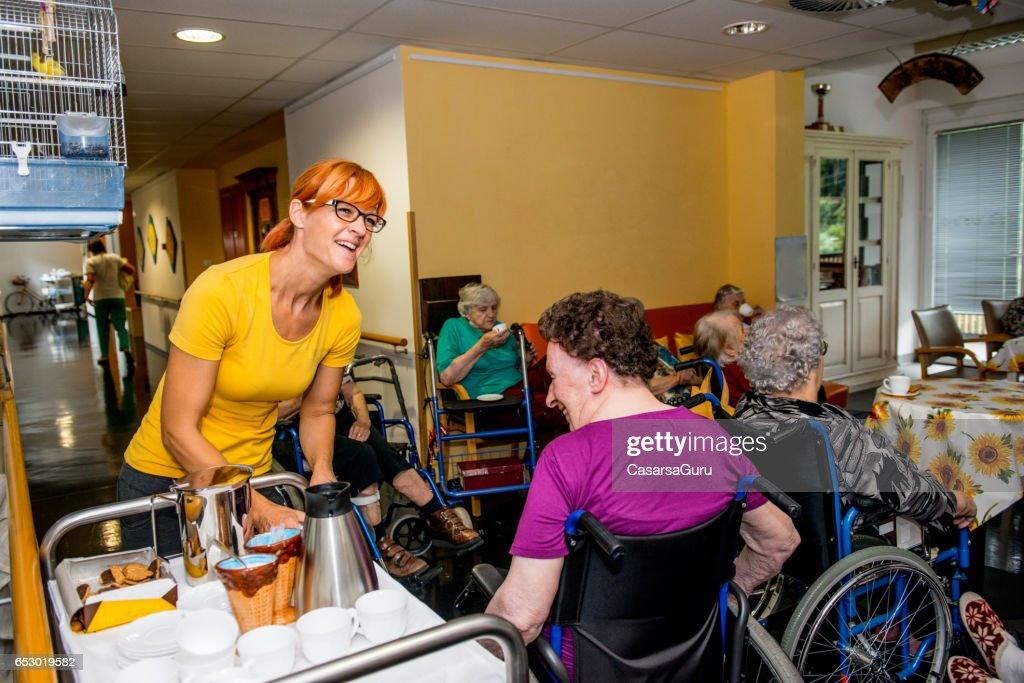 Senioren hebben breken In het bejaardentehuis : Stockfoto