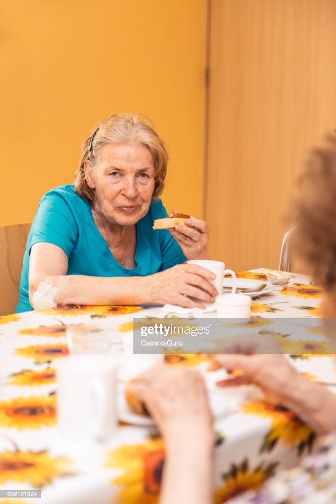 Seniors Having Breakfast At The Nursing Home : Foto stock