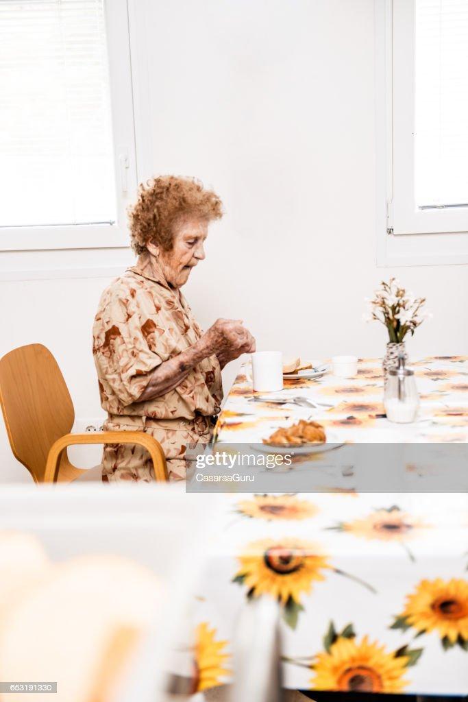 Frühstücken im Pflegeheim Senioren : Stock-Foto