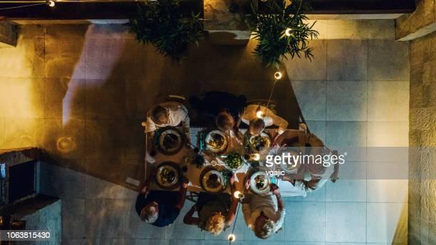anziani che cenano sul tetto - cena foto e immagini stock