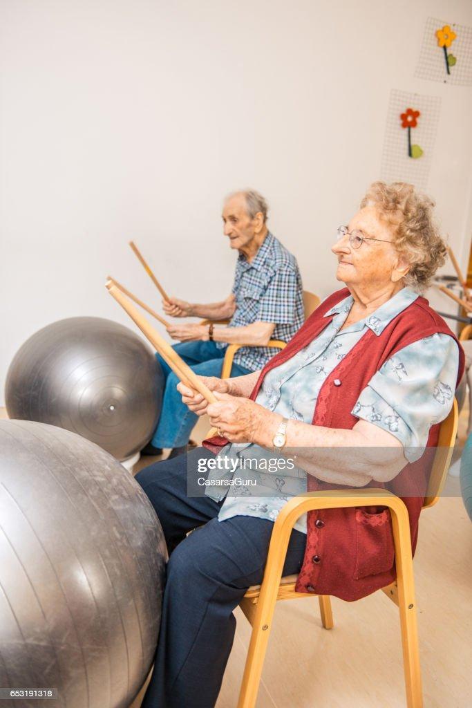 Senioren met fysiotherapie In het bejaardentehuis : Stockfoto