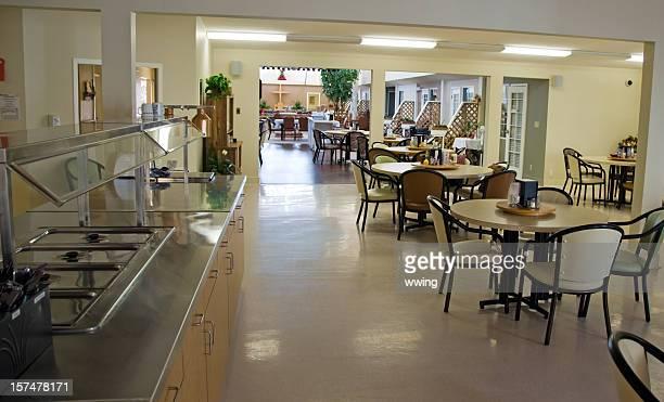 senior chez espace salle à manger - cantine photos et images de collection