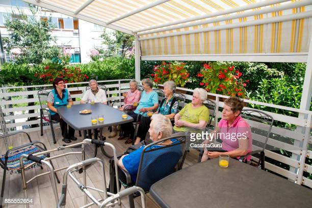 personnes âgées de la maison de repos, passer du temps libre ensemble - groupe moyen de personnes photos et images de collection