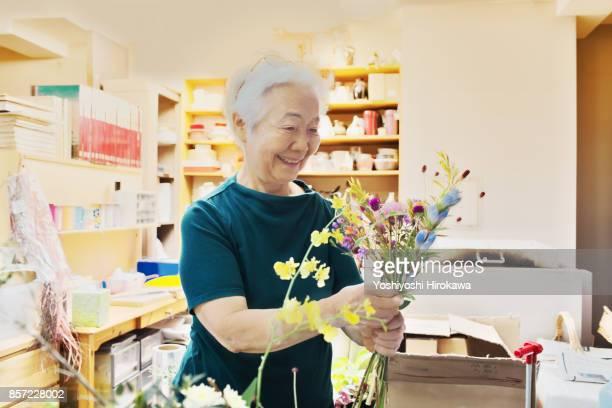 seniors of small flower shop - 公共の建物 ストックフォトと画像
