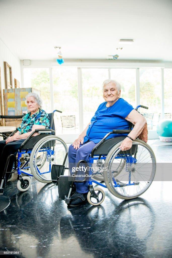 Senioren op de rolstoel In het verpleeghuis te wachten voor de therapie In de Gym Class : Stockfoto