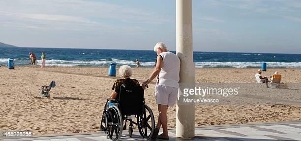 anziani (panorama versione) - benidorm foto e immagini stock