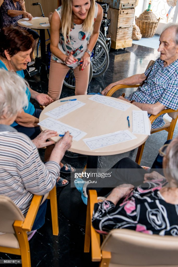Seniorer som spelar Bingo på det äldreboende : Bildbanksbilder