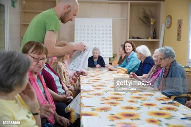 Senioren spelen Bingo In de pensioengerechtigde gemeenschap