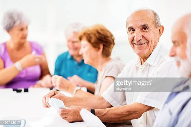 Senioren Karten spielen.