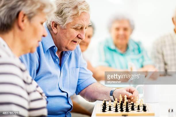 Senioren Schach spielen.