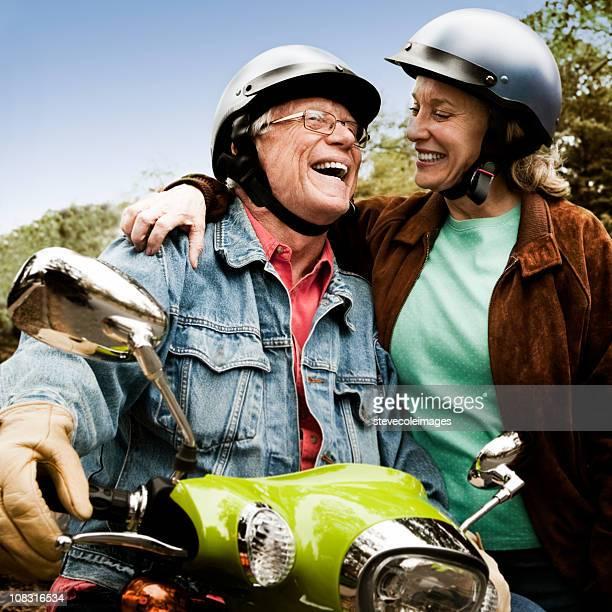 シニア乗馬スクーター - スポーツヘルメット ストックフォトと画像