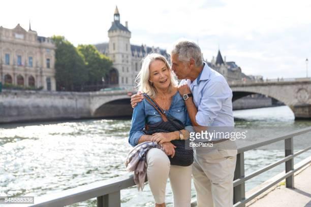 senioren eine pause auf der seine in paris entspannen - frau 65 jahre stock-fotos und bilder