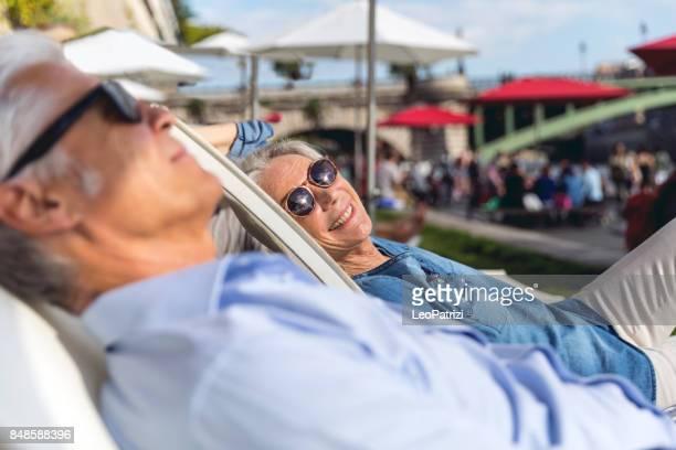 senioren nemen van een pauze in parijs ontspannen op de rivier de seine - seine stockfoto's en -beelden