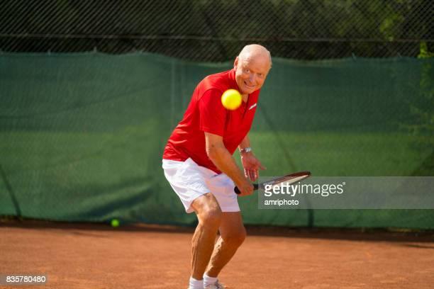 Senioren nemen op de wereld, 70 jaar oude man tennissen
