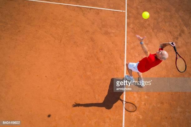 las personas mayores que en el mundo - hombre tenis servicio vista desde arriba - saque deporte fotografías e imágenes de stock