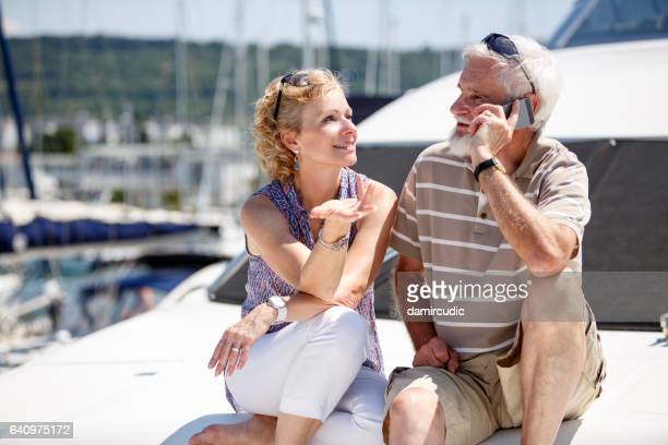 Personnes âgées, prise sur le monde