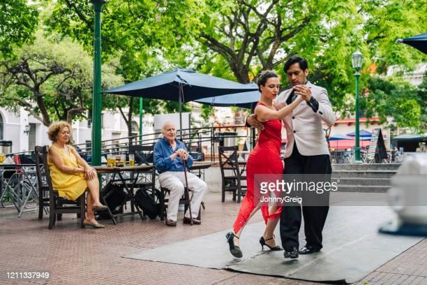 oudsten die deskundige jong paar zien dansen tango - buenos aires stockfoto's en -beelden