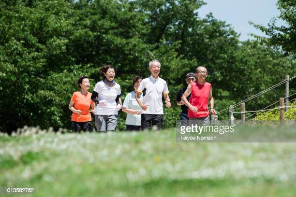 seniors who jog together with men and women - シンプルな暮らし ストックフォトと画像