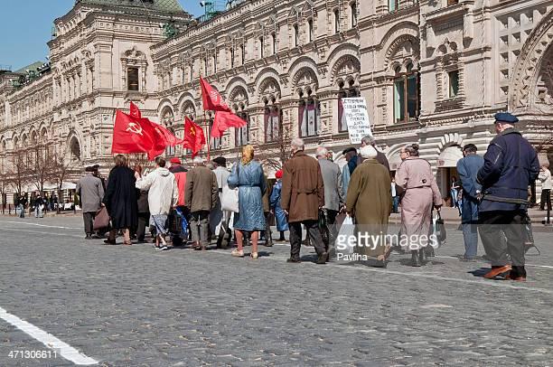 senior con bandiera comunista piazza rossa di mosca - bandiera comunista foto e immagini stock