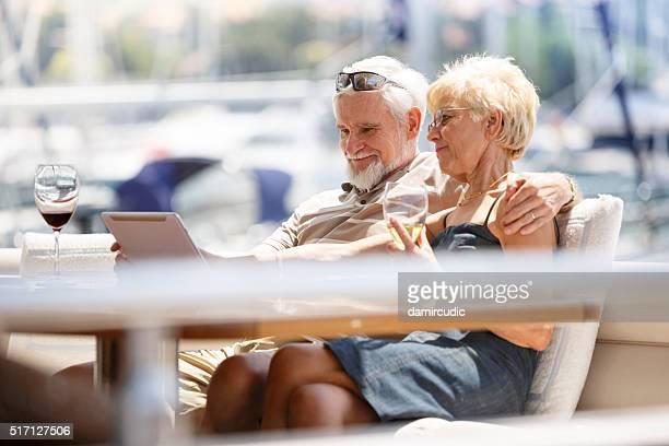 Seniour Paar mit Digitaltablett auf einer Jacht