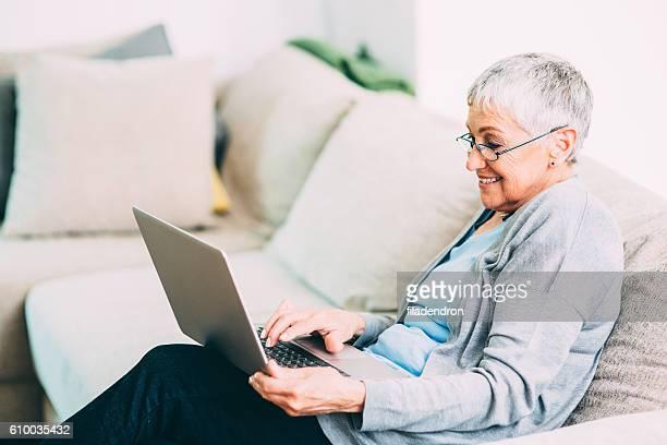 Leitenden Frau benutzt neue Technologie