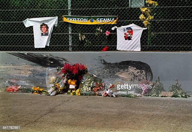 Senna Ayrton *Formel 1Rennfahrer Brasilien von Fans mit Blumen geschmueckteUnfallstelle in der Tamburellokurve aufdem Rennkurs von Imola wo Senna...