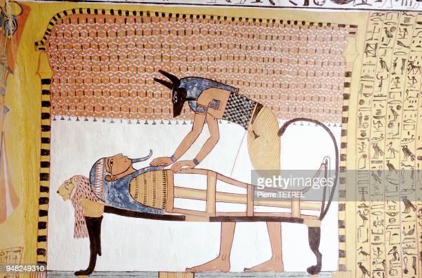 Sennedjem vécut au début de la XIXème dynastie Nouvel Empire Sa tombe fut découverte en 1886 intacte La scène représente Anubis QUI s'occupe de la...