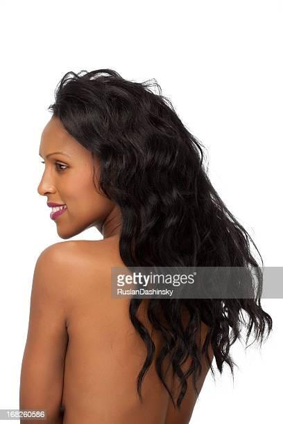 Empfindliche junge Frau mit langen schwarzen Haaren, Rückansicht.