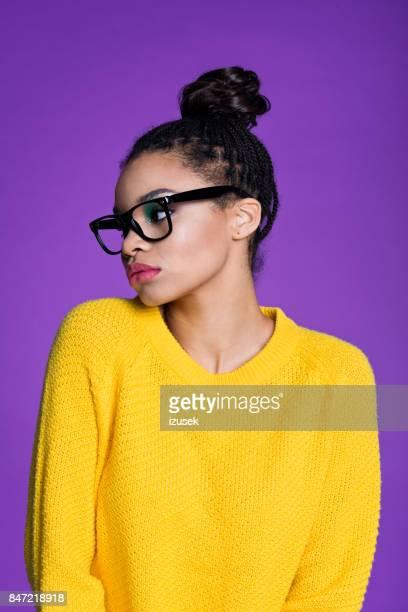 Sensuele afro Amerikaanse jonge vrouw in gele trui