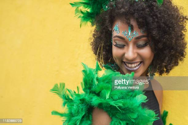 femme afro sensuelle - carnaval photos et images de collection