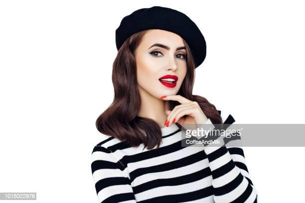 Sensual mujer francesa llevando boina negra
