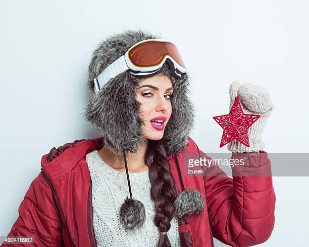 Sensuelle femme en tenue d'hiver, en fourrure casquette et lunettes