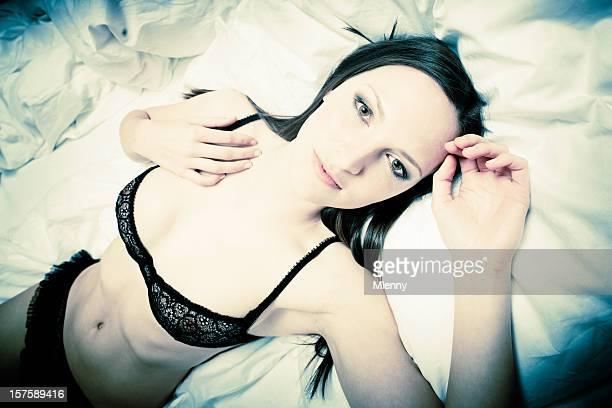 Sensuelle femme allongée dans un lit