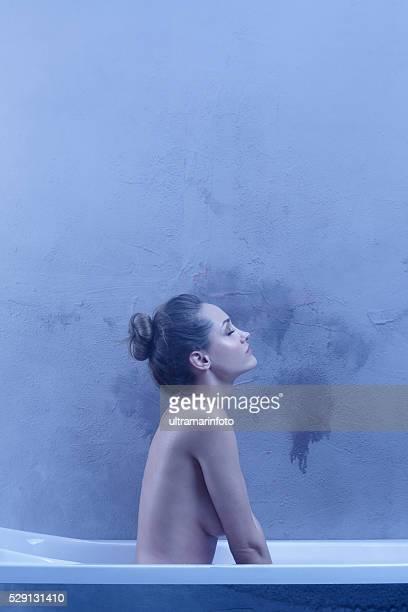 Sensuale Giovane donna che si rilassa in Ritratto di bellezza naturale e vasca da bagno