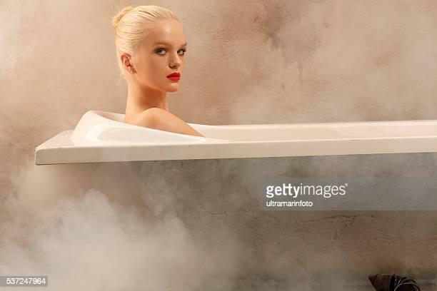 Sensuelle jeune femme se détendant dans la baignoire de la salle de bains Portrait de la beauté naturelle