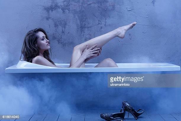 Sinnliche junge Frau entspannt sich in der Badewanne im Badezimmer natürliche Schönheit Porträt