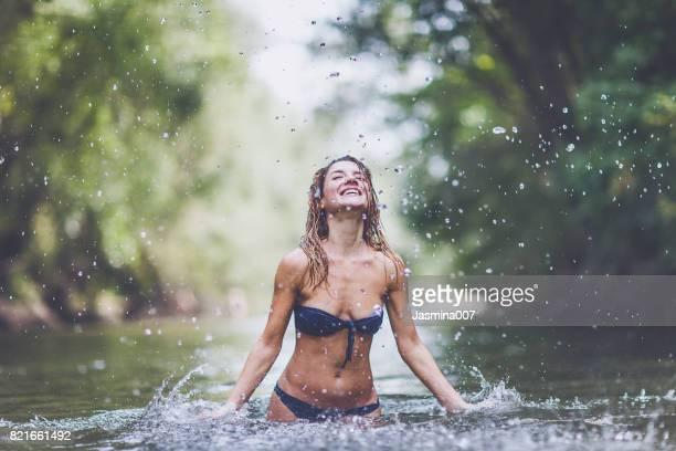 Junge Frau Sinnlichkeit, Duschen in der Natur